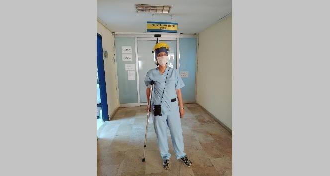 Doktorun Ayağı Kırık Olmasına Rağmen Çalışıyor